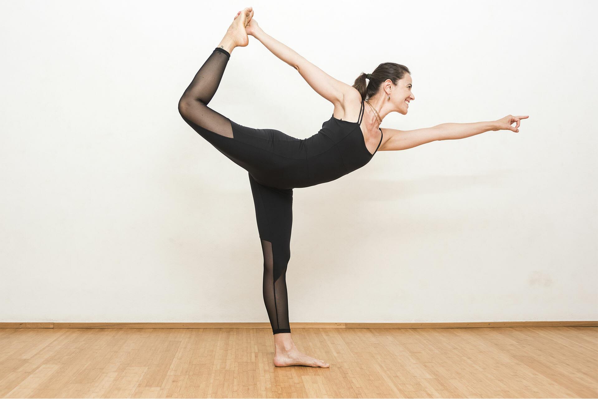 Hatha Flow. L Hatha Flow è una pratica che aggiunge fluidità alla classica  tenuta statica delle Asana dell Hatha Yoga. 171dcd24b918